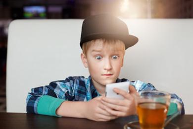 子ども(キッズ)向けのオススメ携帯&スマホをキャリア別で大紹介!